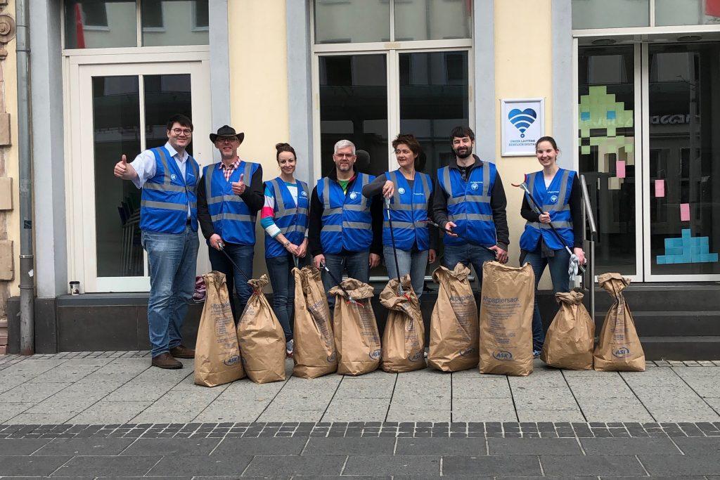 Team der KL.digital GmbH vor dem Büro in der Bahnhofstraße nach der Lautrer Kehrwoche