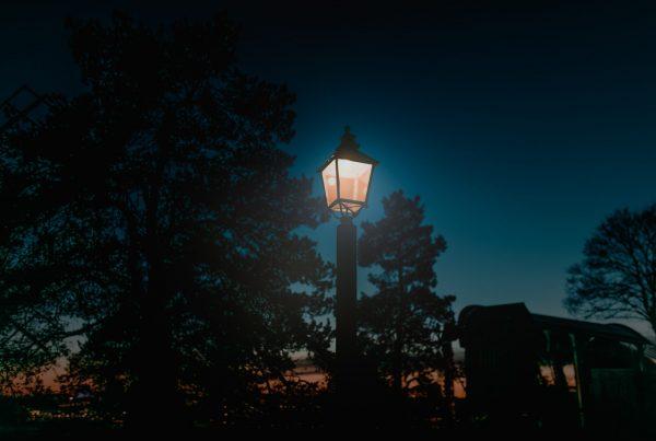 Alte Laterne leuchtet im Dunkeln