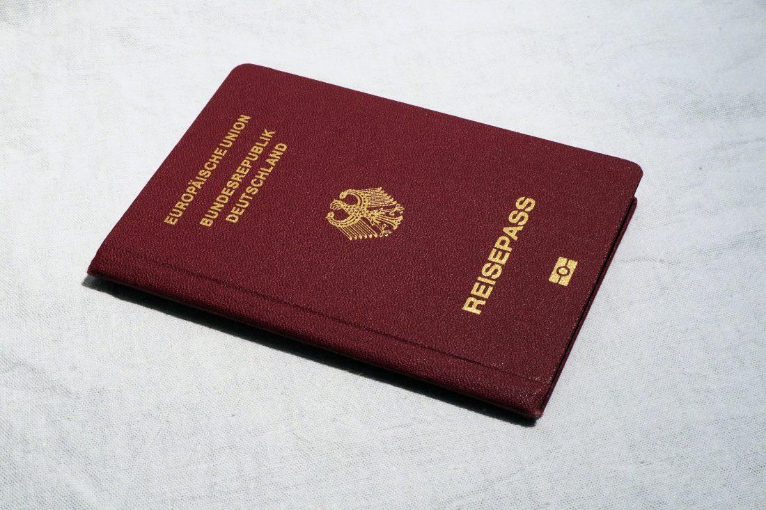"""Ein deutscher Reisepass. Darauf steht """"Europäische Union Bundesrepublik Deutschland Reisepass"""""""