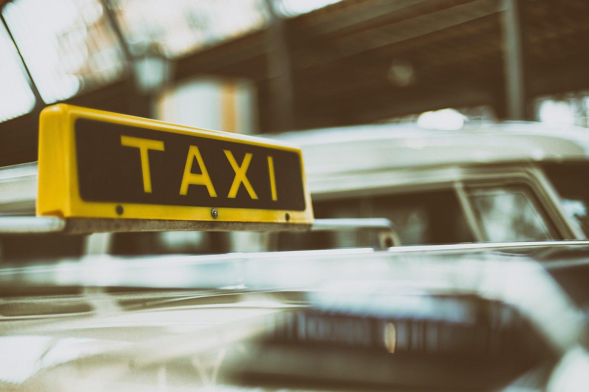 Schild auf einem Taxi