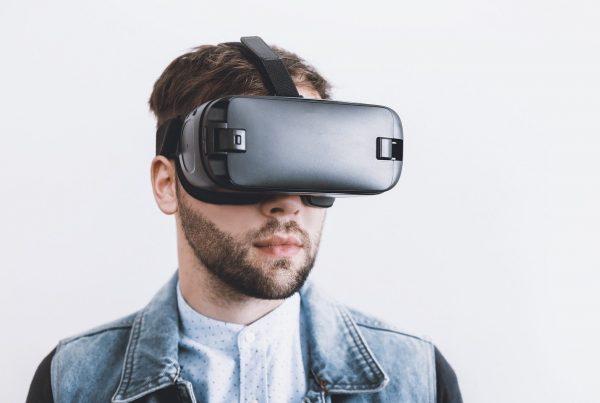 Ein Mann in einer Jeansjacke trägt eine VR-Brille