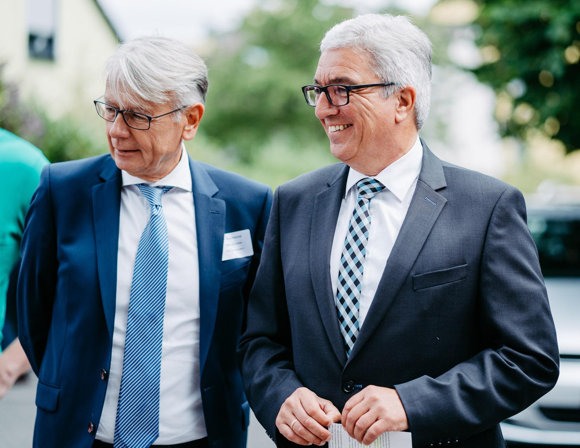 Der Oberbürgermeister Dr. Klaus Weichel und der Innenminister Roger Lewentz stehen nebeneinandern und lächeln.