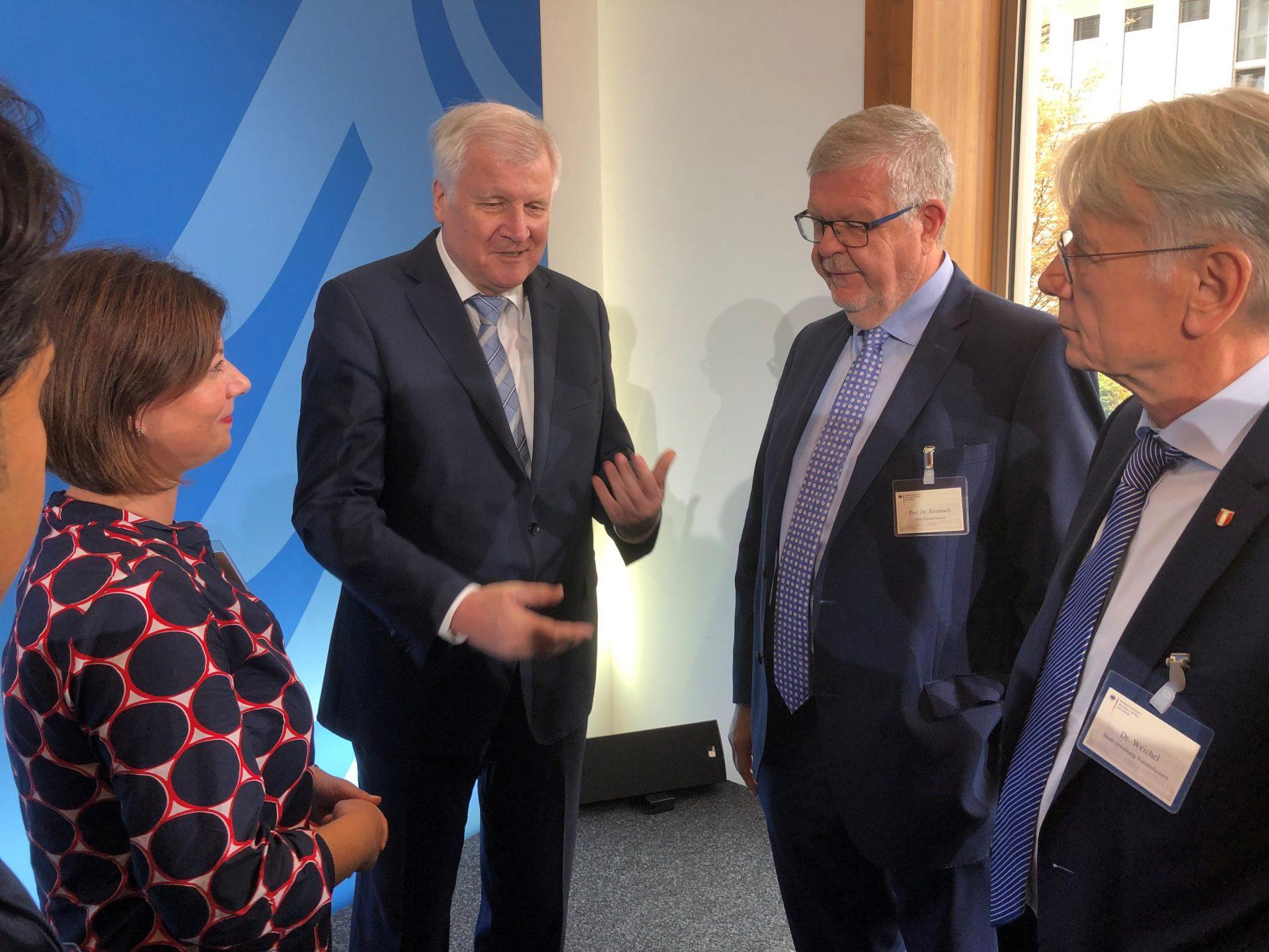 5 Personen diskutieren, unter ihnen Bundesinnenminister Horst Seehofer