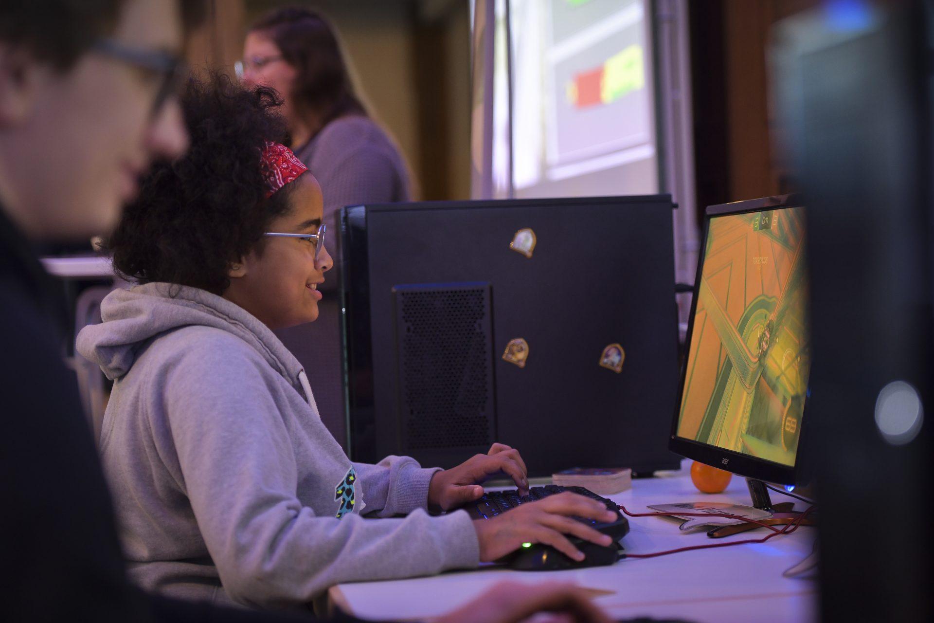 Ein Kind spielt ein PC-Spiel.