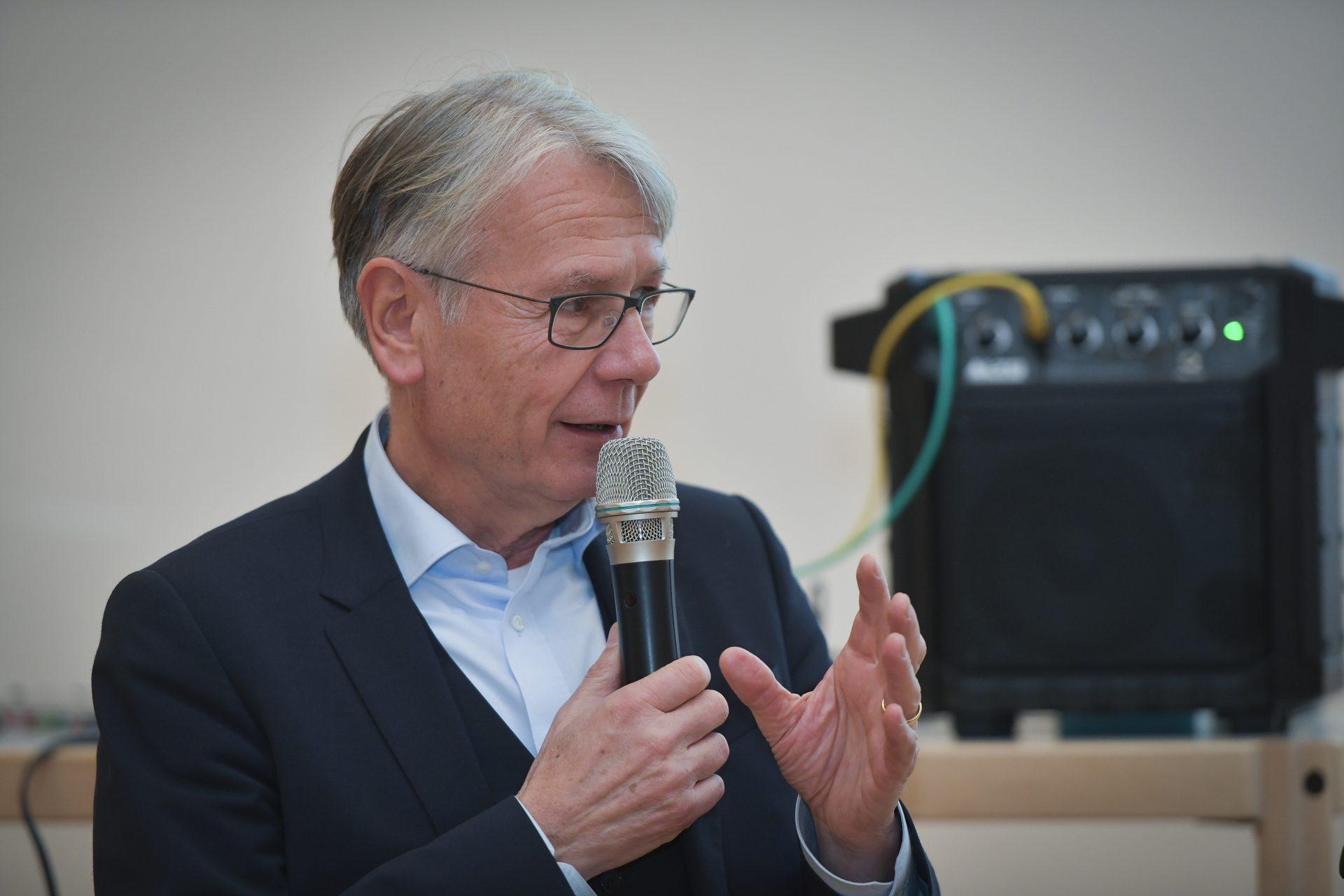 Oberbürgermeister Dr. Klaus Weichel spricht in ein Mikrofon.