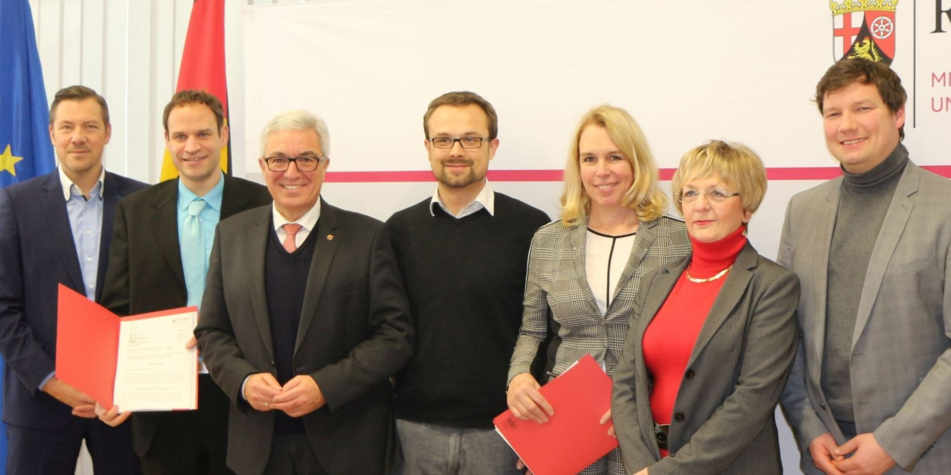 Personengruppe posiert für ein Foto, in der Mitte steht der rheinland-pfälzische Innenminister Roger Lewentz