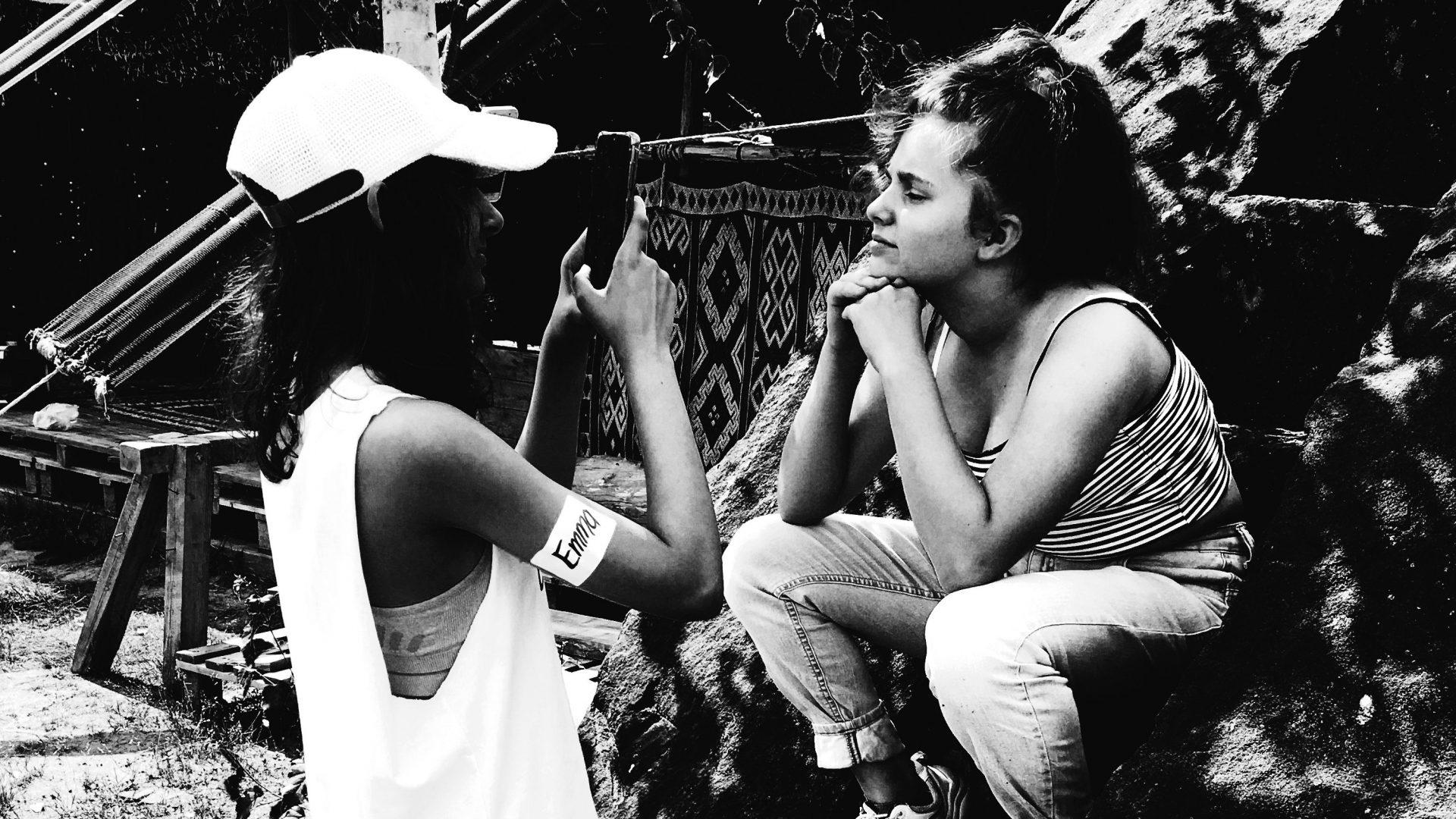Ein Mädchen fotografiert ein anderes Mädchen