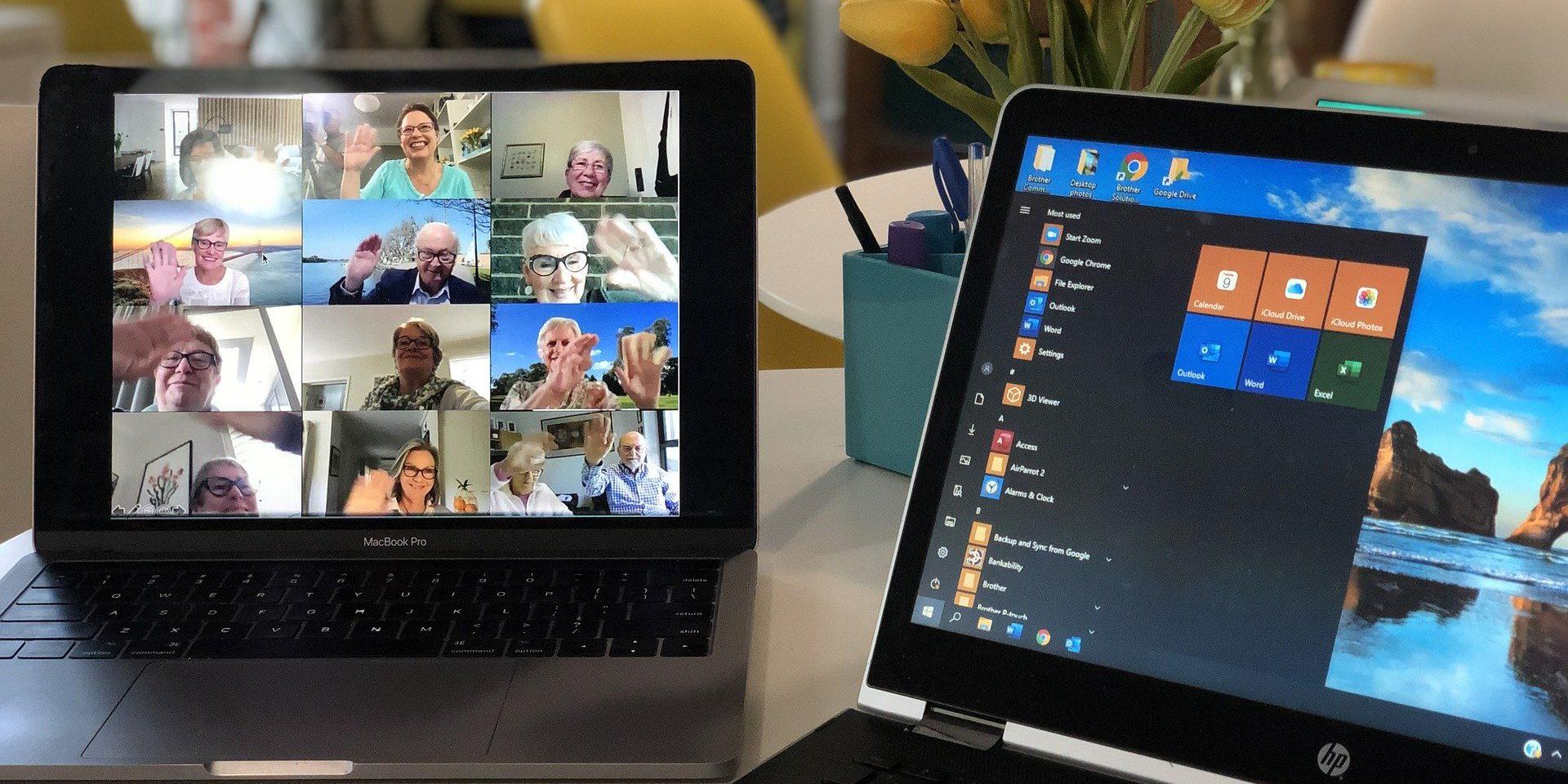 Zwei Laptops, auf einem läuft eine Videokonferenz mit mehreren Personen