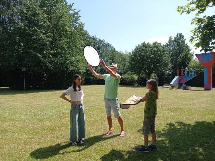 Ein Mann und zwei Kinder richten ein Fotoset ein
